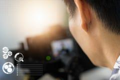 Yrkesmässiga fotografer skjuter det videogem och fotoet fotografering för bildbyråer
