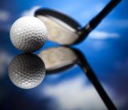 Yrkesmässiga golfklubbar i ett läderbagage på solnedgången Arkivfoto