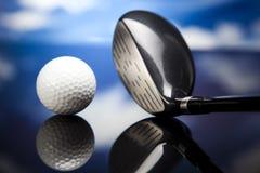Yrkesmässiga golfklubbar i ett läderbagage på solnedgången Royaltyfri Bild