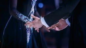 Yrkesmässiga händer för par för balsaldans Arkivbild