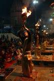 Yrkesmässiga hinduiska präster tillber på Varanasi, Indien Royaltyfri Foto