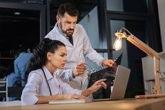 Yrkesmässiga intelligenta doktorer som tillsammans arbetar royaltyfri fotografi