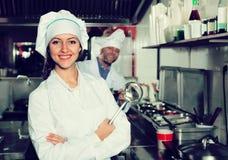 Yrkesmässiga kockar som arbetar på tagandet-bort Arkivbilder