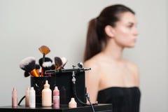 Yrkesmässiga makeupborstar, modern retuschspruta och hjälpmedel Sminkproduktuppsättning Sminkapplikationhjälpmedel Skönhetsmedel  royaltyfria foton