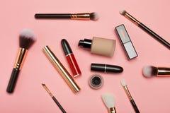 Yrkesmässiga makeupprodukter med kosmetiska skönhetsprodukter, arkivfoton