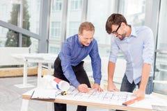 Yrkesmässiga manliga teknikerer är att diskutera som är nytt Royaltyfria Bilder
