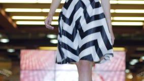 Yrkesmässiga modeller på höga häl i klänningar på mode befläcker, modellerar i Hög-heeled skodon i aftonklänning lager videofilmer