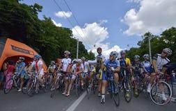 Yrkesmässiga och amatörmässiga ciclysts som konkurrerar för väggrand prixhändelse, ett lopp för snabb strömkrets i Ploiesti-Rumän Arkivfoto