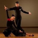 Yrkesmässiga par för balsaldans preform en utställningdans Royaltyfria Bilder