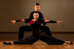 Yrkesmässiga par för balsaldans preform en utställningdans Royaltyfri Fotografi
