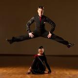 Yrkesmässiga par för balsaldans preform en utställningdans Arkivbilder