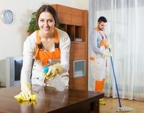 Yrkesmässiga rengöringsmedel med utrustning royaltyfria bilder