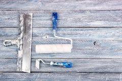 Yrkesmässiga reparera verktyg för den dekorera och byggande renoveringuppsättningen, vägg på träbakgrunden rappa royaltyfri foto