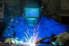Yrkesmässiga stycken för weldersvetsningmetall i stålkonstruktion Royaltyfria Bilder