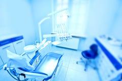 Yrkesmässiga tandläkarehjälpmedel i det tand- kontoret Fotografering för Bildbyråer