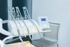 Yrkesmässiga tandläkarehjälpmedel i det tand- kontoret tand- hygien Royaltyfri Bild