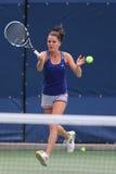 Yrkesmässiga tennisspelareAgnieszka Radwanska övningar för US Open 2014 Arkivfoton