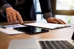 Yrkesmässigt arbete för affärskvinna som gör finans på digital ta arkivbild