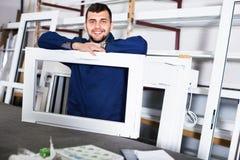 Yrkesmässigt arbete med färdiga PVC-profiler och fönster på fa fotografering för bildbyråer
