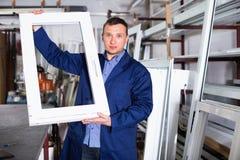 Yrkesmässigt arbete med färdiga PVC-profiler och fönster på fa arkivbild