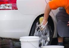 Yrkesmässigt bilspecificera och wash vid handen Arkivfoto