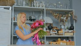 Yrkesmässigt blomsterhandlareinnehav och kontrollerabukett på studion lager videofilmer
