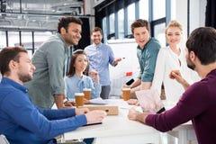Yrkesmässigt businesspeoplediskutera och idékläckning tillsammans på arbetsplats i regeringsställning arkivfoton