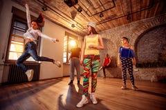 Yrkesmässigt folk som utbildar moderna danser i studio royaltyfria bilder