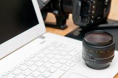Yrkesmässigt fotografi som redigerar utrustning med kameran och lapto Arkivbilder