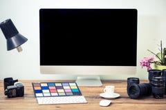 Yrkesmässigt fotografskrivbord med utrustning royaltyfri bild