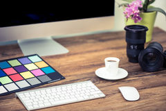 Yrkesmässigt fotografskrivbord med utrustning royaltyfria bilder