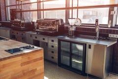 Yrkesmässigt kök av restaurangen Moderna utrustning och apparater Tomt kök i morgonen royaltyfri foto