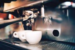 Yrkesmässigt kaffe Espressomaskin som förbereder och häller två perfekta koppar kaffe Restaurangdetaljer Arkivbild