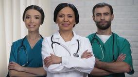 Yrkesmässigt kirurglag som är klart för operationen, tålmodig behandling i säkra händer stock video