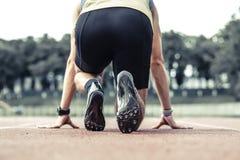 Yrkesmässigt manligt ta för löpare som är klart till startpositionen fotografering för bildbyråer