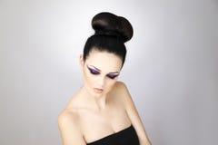Yrkesmässigt slut för ung kvinna för makeup och för frisyr härligt upp royaltyfri bild