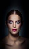 Yrkesmässigt smink - härlig kvinnlig konststående med härliga ögon. Elegans. Äkta naturlig kvinna i studio. Stående arkivbild