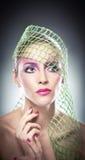 Yrkesmässigt smink - härlig kvinnlig konststående med härliga ögon. Elegans. Den äkta naturliga kvinnan med skyler i studio Arkivfoton