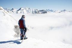 Yrkesmässigt snowboarderanseende med snowboarden i bergen Härligt berglandskap i bakgrunden Royaltyfri Bild