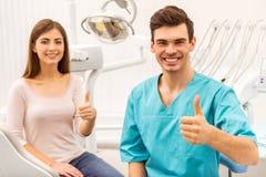 Yrkesmässigt tandläkarekontor royaltyfri bild