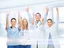 Yrkesmässigt ungt lag eller grupp av doktorer arkivfoton