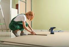 Yrkesm?ssig byggm?stare som arbetar med drywallen Hem- reparationsservice royaltyfri foto