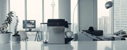 Yrkesm?ssig kaffemaskin f?r hem- bruk Kök koffein royaltyfri foto