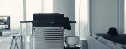 Yrkesm?ssig kaffemaskin f?r hem- bruk K?k koffein arkivfoto