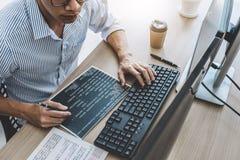 Yrkesm?ssig programmerare som arbetar p? framkallande programmera, och websiten som arbetar i en programvara, framkallar f?retags fotografering för bildbyråer