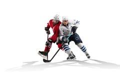 Yrkesmässig hockeyspelare som åker skridskor på is Isolerat i vit Arkivbild