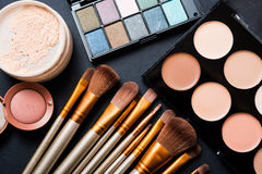Yrkesmässig makeup borstar och hjälpmedel, sminkproduktuppsättning Arkivbild