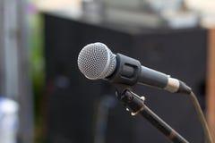 Yrkesmässig mikrofon mot folk Arkivbild