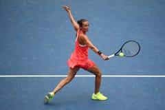 Yrkesmässig tennisspelare Roberta Vinci av Italien i handling under hennes finalmatch på US Open 2015 på den nationella tennismit Arkivfoton