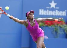 Yrkesmässig tennisspelare Sloane Stephens under den fjärde runda matchen på US Open 2013 mot Serena Williams Royaltyfri Foto